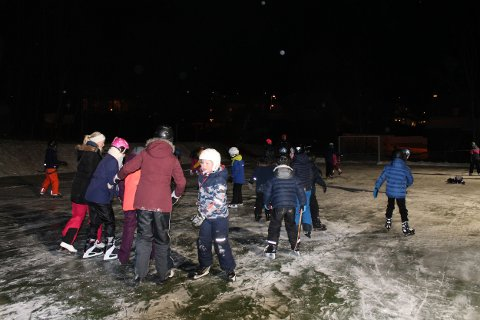 Både barn og voksne fra forskjellige kroker i Larvik har tatt turen i dag.