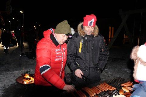 (f.v)Kai Rasmussen og Morten Freyer står på i kulda med pølsegrilling.