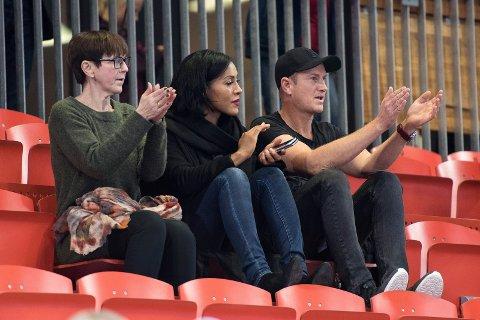 Overvar Larvik HK: Cecilia Brækhus var sammen med Halvor Bakke på LHK-kamp onsdag kveld.