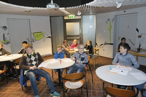 Tegneseriekurs: Det ble mye moro for gjengen som brukte denne tirsdagen til å lære litt om å tegne og fortelle med bilder på Larvik bibliotek.foto: Per Albrigtsen