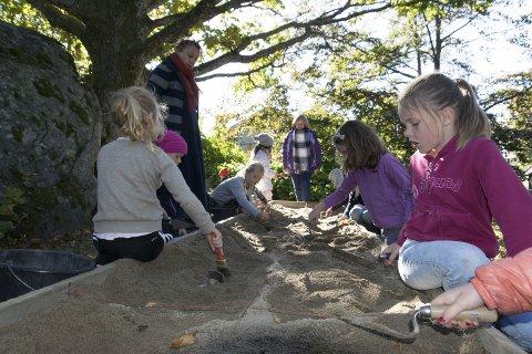 Arkeologi: Ungene fikk også prøve seg som arkeologer og grave etter spor fra fortiden.