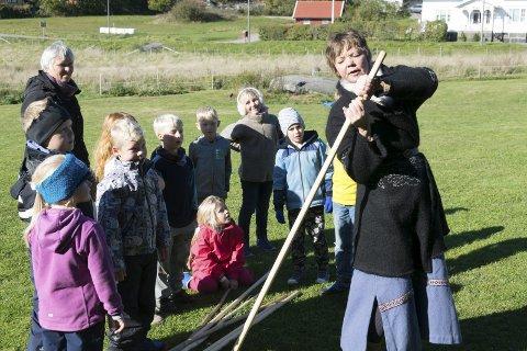 Aktiviteter: Kaupangprosjektetes leder Wenche Hellum viser en gruppe unger hvordan man kan utfordre mykheten sin med en stokk.foto: Per Albrigtsen