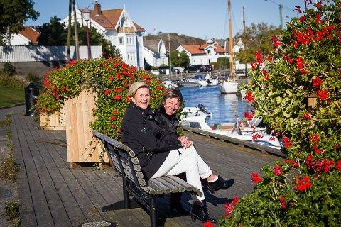Leder i Nevlunghavn velforening, Britt Sørensen (t.v.) og sekretær i Nevlunghavn velforening, Mette Kristine Sand, håper blomsterkassene i Nevlunghavn får stå. - Noe annet ville være meningsløst, mener de.