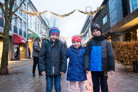 klare for jul: Kaja Wiik (6), Andrea Anthonisen (6) og Filip Wiik (9) var blant dem som markerte åpningen av Larviksjulen lørdag. Her rett før juletrelysene ble tent.foto: vårin alme