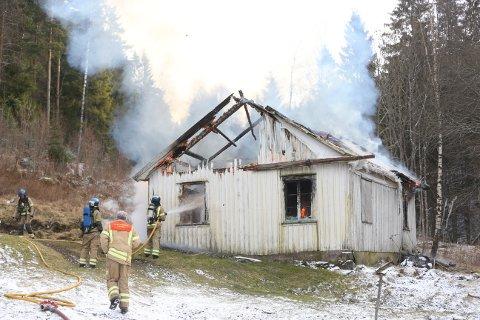 Huset er totalskadet. Etter slokkingen må huseier rive huset ved Åsrum i Larvik på vanlig vis.