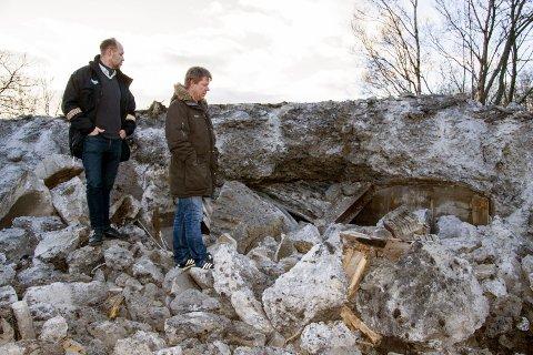 Magne Sundby (jurist i byggesaksavdelingen) (t.v. og Tom mangelrød, bygningsinspektør i Larvik kommune. Klaastadkrysset, bunker