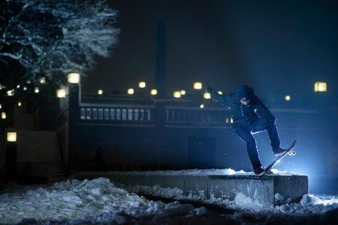 Gard Hvaara har laget skatefilm i Frognerparken på vinterføre.