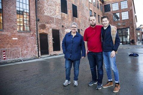 Ønsker velkommen: Petter Hovland (t.h.) Andreas Faugstad, Inger-Anne Faugstad. i Valby ungdomsklubb. Arkivfoto: Sigrid Ringnes