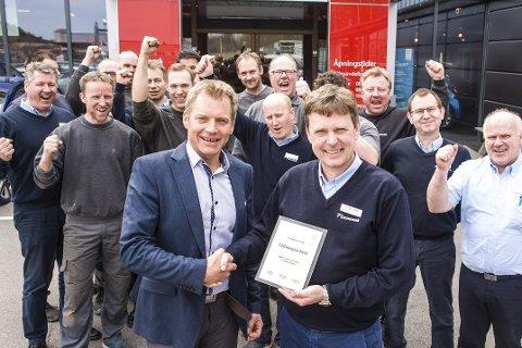 Ny utmerkelse: Funnamark Larvik er igjen landets beste Toyota-forhandler målt i kundetilfredshet. Foran regionsjef Bjørn Kaspersen og daglig leder Ole Johnny Christiansen. Bak står noen av de andre 21 ansatte.