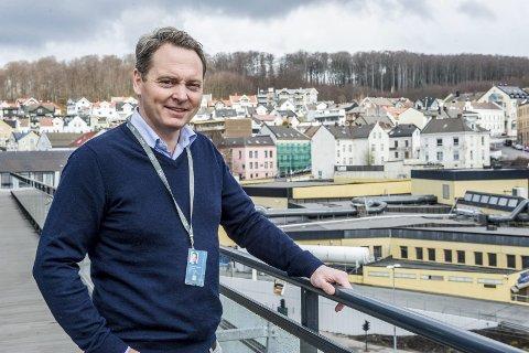 NY PRAKSIS: Rune Holmefjord Jakobsen (t.v.) i DNB eiendom forteller om en ny hverdag for meglerfirmaene.