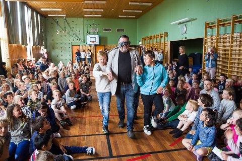 Elevene satt musestile, mens rektor Per Otto Ugelstad ble før fram til kongestolen av Mads Wathne (t.v.) og Matias Hansen de Graaf.