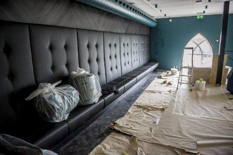 Sitteplasser: Østveggen i bygget er innredet med spesiallagde sofarekker, i både første og andre etasje.
