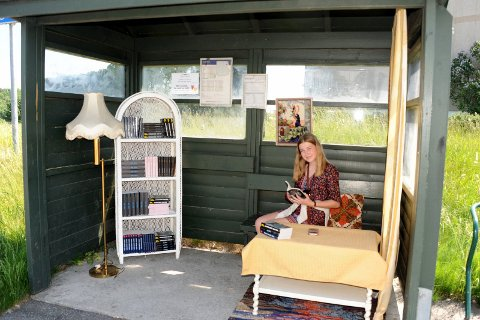 Sara Nielsen på plass i busskuret