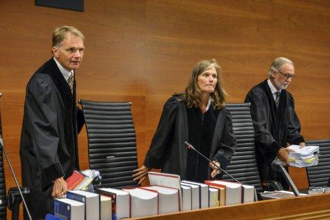 Uke to: Lagdommer Mette D. Trovik, her flankert av fagdommerne Vincent Galtung og Hans O. Kveli, fikk høre mange detaljer om den tiltaltes oppførsel sommeren 1999, i forkant av drapet på Kristin Juel-Johannessen.foto: Atle Møller