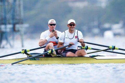 Roer Kjetil Borch (t.v.) og Olaf Tufte  er i gang med treningen i deres dobbeltsculler på innsjøen Lagoa i Rio de Janeiro.  Foto: Heiko Junge / NTB scanpix