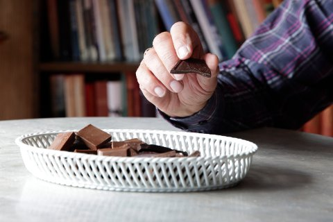 NY RAPPORT: Sjokolade hjelper som forebygging av demens, viser en nye portugisisk forsningsrapport. – Hadde de skilt mellom sjokoladetypene, tror jeg de hadde sett en enda større risikoreduksjon for dem som bare spiste mørk sjokolade, sier Bentsen. Illustrasjonsfoto: Foto: Håkon Mosvold Larsen / NTB scanpix