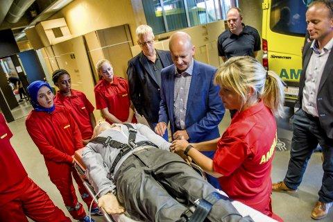 Realistisk: Ambulanselinjen på THVS har tatt i bruk en avansert dukke i undervisningen. Kontaktlærer Vigdis Haugan demonstrerer for fylkesordfører Rune Hogsnes.