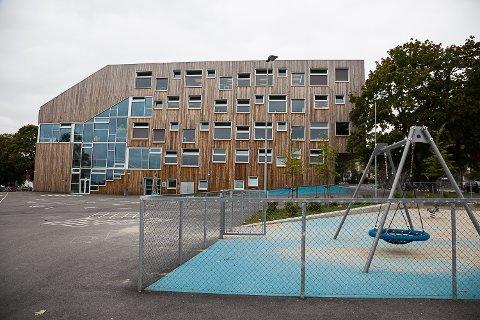54-åringen skal ha tatt seg inn i skolegården på Mesterfjellet skole, der han skal ha oppsøkt barn.