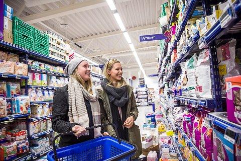 HANDLER MER: Selv om de opprinnelig har planlagt kun å kjøpe kattemat, ender venninnene og svigerinnene Kine Helland-Vedal (t.h.) og Hanne Bergstøl opp med mer i handlekurven.