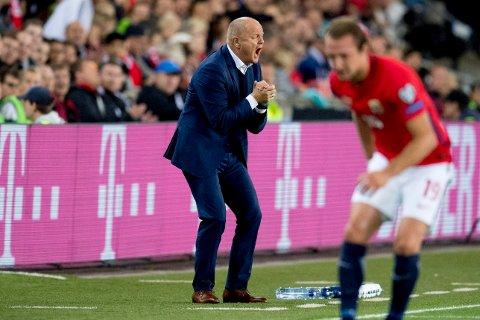 Med dikt: Per-Mathias Høgmo kommer uten ball, men med norsk lyrikk som han vil dele med publikum.