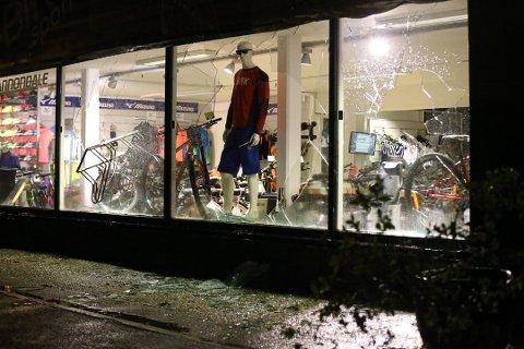 Larvik-mann dømt: Mannen lempet et sykkelstativ inn dett butikkvinduet på Hovland den 8. september. Da poliiet konfrontert han litt senere, trakk han fram en rambokniv.
