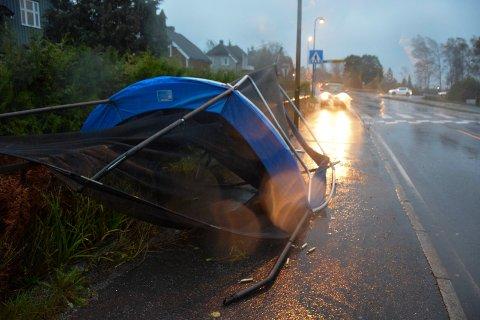 Raveien: Ved Haukerød i Sandefjord hadde en trampoline blitt tatt av vinden.