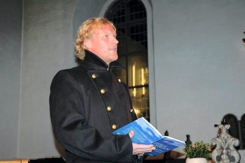 IKKE UKJENT: Sven Nordin har en lang skuespillerkarriere i Stavern, blant annet på Galeiscenen sammen med Anders Hatlo. Her fra en diktopplesning i Fredriksvern Kirke tilbake i 2006! Nå skal han spille hovedrollen som politimannen William Wisting i Stavern og Larvik. (Arkivfoto)