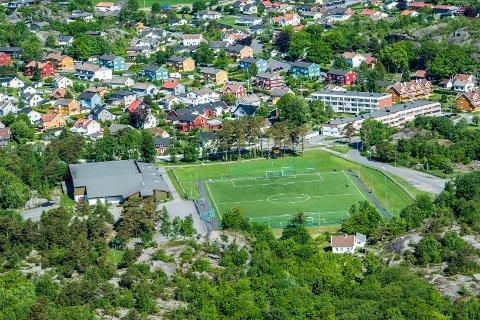 Flyfoto fra mai 2014 viser Stavernhallen på Kaken, med Auserød i bakgrunnen