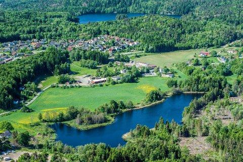 Kleiver, Veldre, Kløvertunet, Kleiverveien, Kleivertjern, Sky skole. Flyfoto tatt mai 2014.
