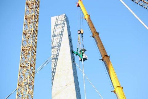Den grønne løftekonstruksjonen sørger for at kabelhodet kommer inn i tårnet i riktig vinkel. Kabelhodet låses fast inne i tårnet med en slags stålgafler. To personer gjør denne operasjonen inne i tårnet.