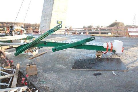 Slik ser kabelhodet ut i den enden som skal inn oppe i tårnet. Til venstre ses det sylindriske kabelhodet som monteres nede på sidene av brua.