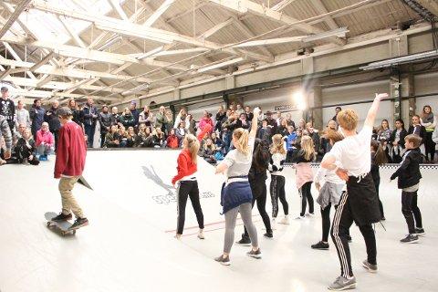 Magisk stemning: Godt samspill mellom skatere og dansere skapte en magisk stemning.