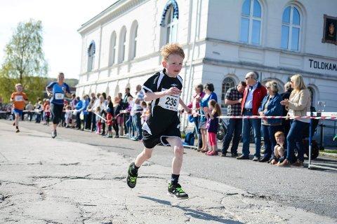 Gammel trase: Etter to år med endret innspurt er avslutningen av Larviksløpet tilbake til gammel trase i år. Her er det Jesper Bøvre Liljeberg som er i ferd med å løpe i mål på femkiometeren i 2014.