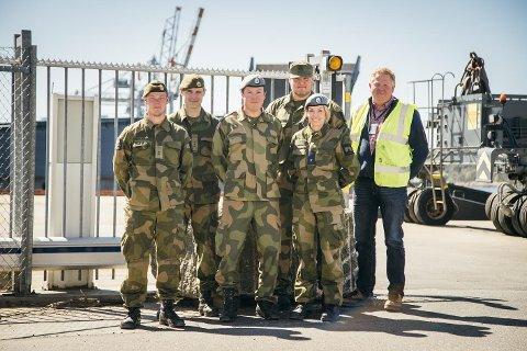 ØVER I LARVIK HAVN: Fra venstre:  Lt. Kjetil Berge, Kaptein Stian Forland, Lt. Eirik Skjerping, Lt. Geir Einar Larsen, Fenrik Cecilie Yri Jacobsen og Erling Kristensen.