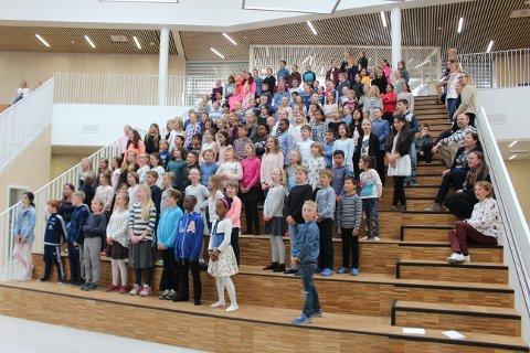 ÅPNING AV FAGERLI SKOLE: Under den offisielle åpningen av Fagerli skole skapte elevene et bedre samhold da de opptrådte sammen.