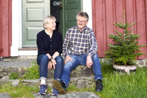 STOLTE AV GÅRDEN: Karen Johanne Nordskog (t.v.) og Harald Elvsåshagen fra Larvik viser fram gården de kjøpte for nesten ti millioner kroner i september i fjor. Foto: Ole Henrik Hansen
