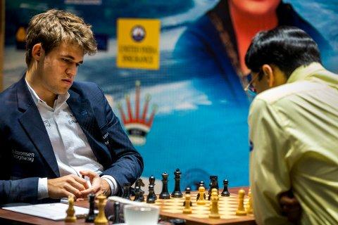 Magnus Carlsen (t.v.) her i kamp mot Viswanathan Anand i 2013, kommer ikke til å delta. Men kanskje en høflighetsvisitt?