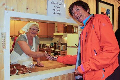 Stemning: God mat og drikke sørget for en god stemning i det dårlige været. Turid Kjærmann Jensen (f.v) og Ellen Tveter.