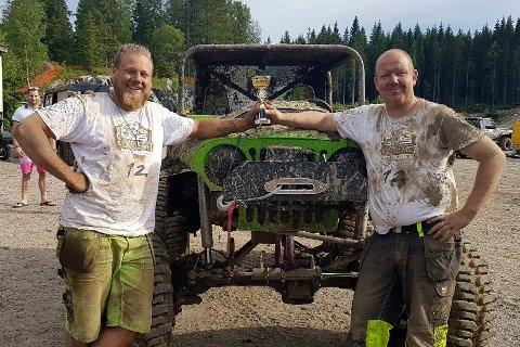 VANT: Ken Thomas Topel (t.h.) fra Larvik og Sondre Karstad fra Sandefjord med pokalen etter å ha vunnet GMS Extreme offroad challenge i Telemark i helgen.