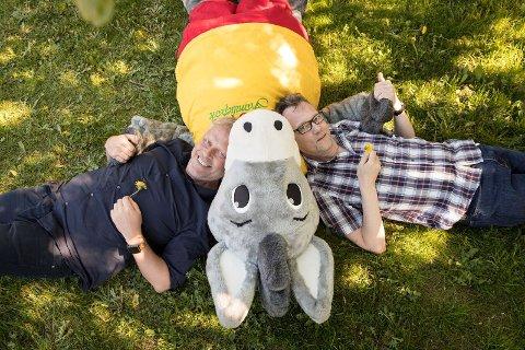 Mennene bak: Per Arne Strandbakken og Thomas Siqveland har stått for den nye musikken til eselet Foffa i Foldvik familiepark. Foto: Hege Mathisen