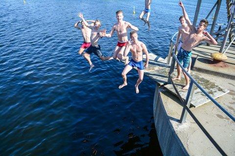 KALDT OG KALDERE: I 2015 var disse guttene noen tøffinger og badet i litt kaldt vann 15. juni. I år har det vært enda kaldere i vannet. Fra venstre Tobias Teien, Krister Saastad, Hermann Vestrum, Marius Vang og Mathias Gjone (Arkivfoto: Henning Rugsveen)
