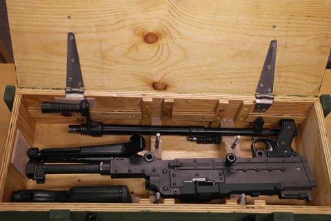 Fant våpen: I bilen lå denne kasasen med et maskingevær. Våpenet ble beslaglagt av tollerne.