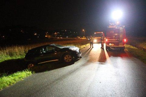 UTFORKJØRING: Sjåføren av denne bilen kjørte i grøfta i 30-sone på Gon i Larvik. Bilen fikk en del materielle skader i front.