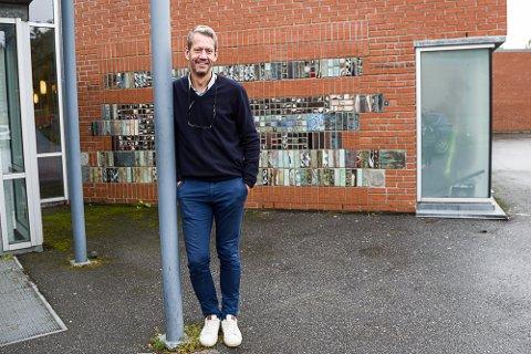 Grunn til å smile: Rektor Simen Aas Løwer er rektor ved Ra ungdomsskole, som kommer best ut blant skolene i Larvik når det gjelder grunnskolepoeng, skriver Trine Ørbæk.