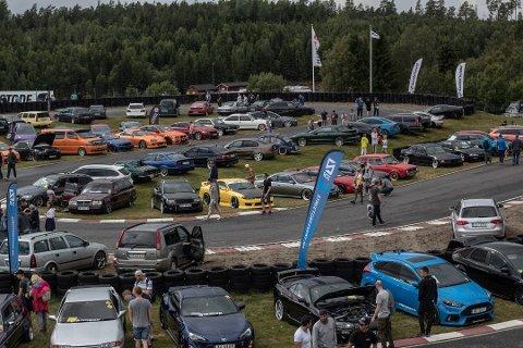 POPULÆRT: Gatebil samler mange tusen mennesker hvert år. I fjor ble en kvinne fra Larvik blant de ti som mistet førerkortet for promillekjøring. Foto: Benjamin Vorland Andersrød