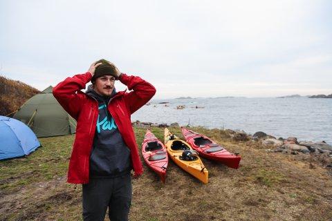 ET RØFT MEKKA: Sindre Hauglin (21) sier at det er en viss risiko ved å padle i brott og bølger. – Men det er det som gjør det så spennende, sier 21-åringen, som omtaler området utenfor Gurvika som et mekka.