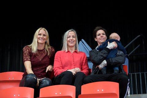 PÅ TRIBUNEN: Gro Hammeseng-Edin, Heidi Løke og Anja Hammeseng-Edin på tribunen i Arena. De tidligere LHK-spillerne måtte se hjemmelaget tape for Odense.