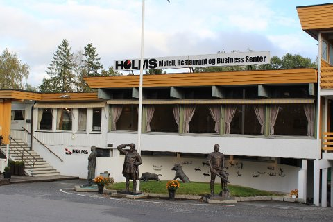 GIKK BERSERK: En mann i 40-årene skal ha ødelagt flere ruter både på biler og bygningsmasse ved Danebo kro og Holms kafeteria.