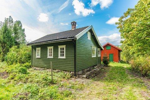LANDLIG: Eiendommen ligger i et landlig område ved Numedalslågen, midt mellom Kvelde og Hvarnes. Her har man nærhet til turområder, og kort avstand til flotte badeplasser.