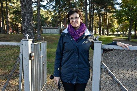 PÅ UNDERSBO: — Det planlagte muslimske  gravfeltet på Undersbo ligger på den sørvestre delen, rett innenfor porten som vender ut mot Skiringsalgate, sier Sigrid Kobro Stensrød, kirkeverge i Larvik.